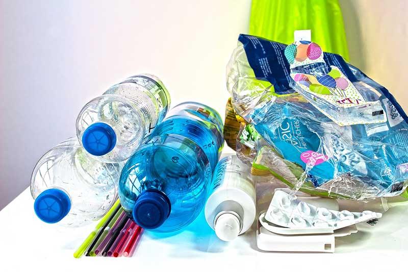 Plastikflaschen und anderer Plastikmüll auf einem Tisch.