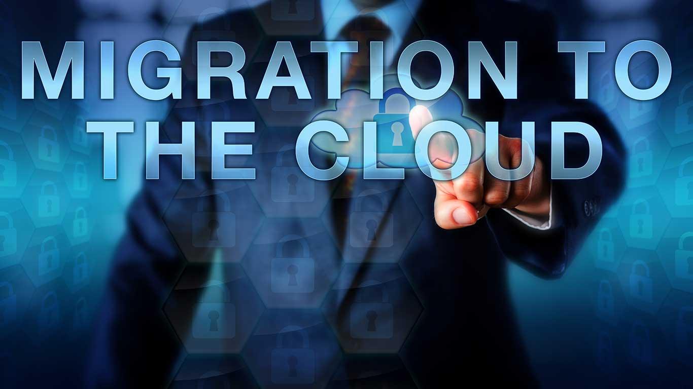 Unternehmensberater drückt MIGRATION TO THE CLOUD auf einer Touchscreen-Schnittstelle. Business Metapher und IT-Konzept für eine unternehmensweite Cloud-Service-Integration.